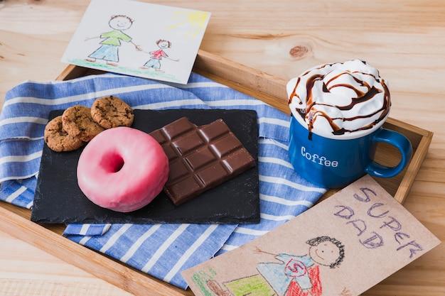 Immagini vicino a cioccolata calda e dessert
