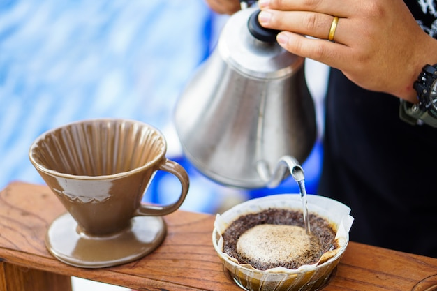 Immergere il caffè fresco per set di caffè fresco a mano.
