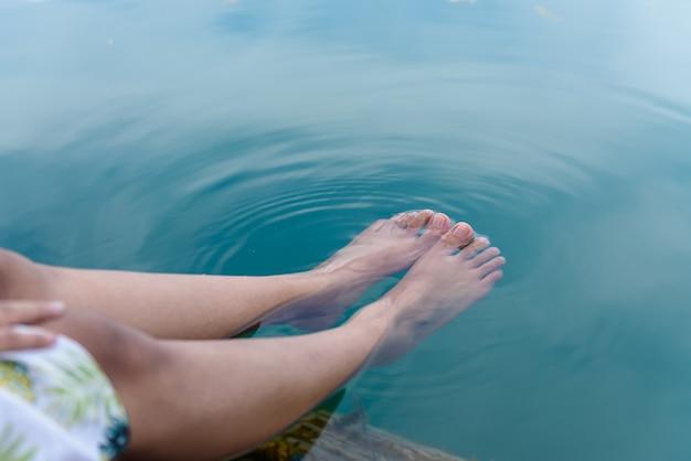 Immergere il piede nell'acqua