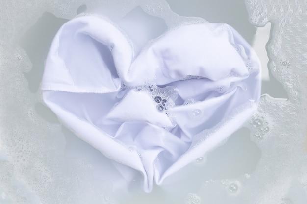 Immergere un panno prima di lavare, un panno bianco
