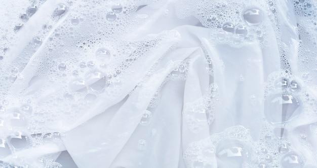 Immergi un panno prima di lavarlo, un panno bianco