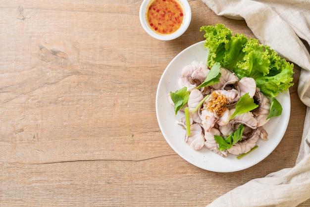 Immersione di pesce bollita con salsa e verdure