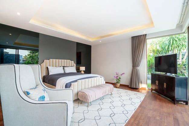 Immobiliare interior design di lusso in camera da letto villa piscina con letto king accogliente.