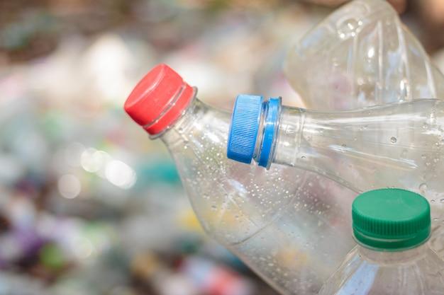 Immondizia della bottiglia di plastica per il riutilizzo del concetto di riciclaggio