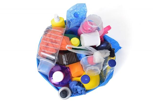 Immondizia di plastica isolata su bianco