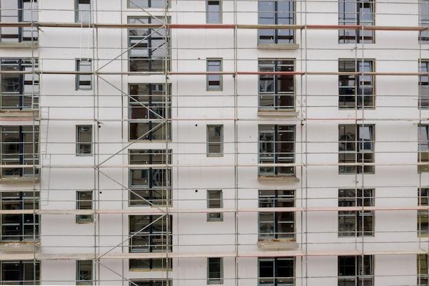 Impalcatura vicino al grattacielo per intonaco