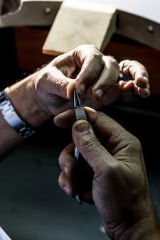 Impara a usare strumenti metallici per creare un gioiello