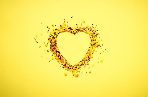 Impareggiabile nella forma di un cuore su sfondo giallo
