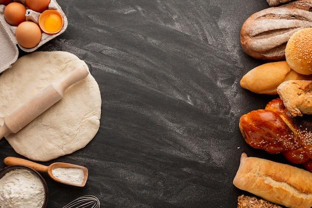 Impasto con mattarello e assortimento di pane