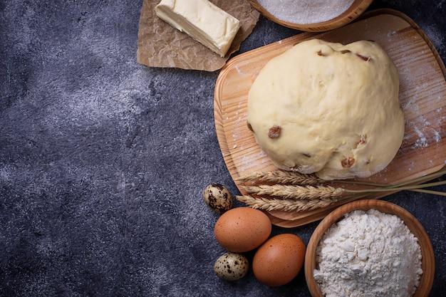 Impasto e ingredienti per la cottura. uovo, farina, zucchero e burro. messa a fuoco selettiva