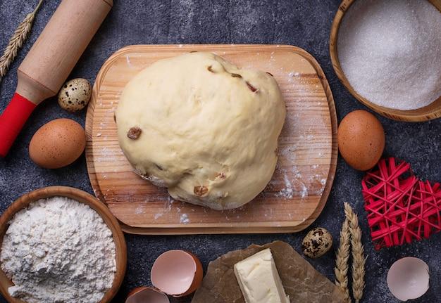 Impasto e ingredienti per la cottura. uovo, farina, zucchero e burro
