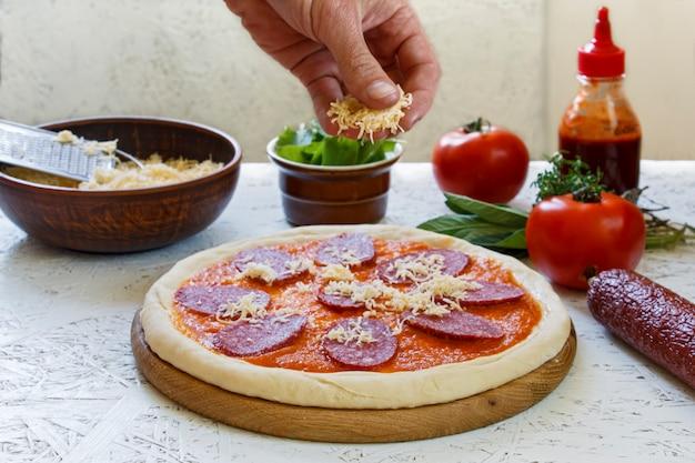 Impasto. il processo di produzione della pizza. ingredienti per la pizza
