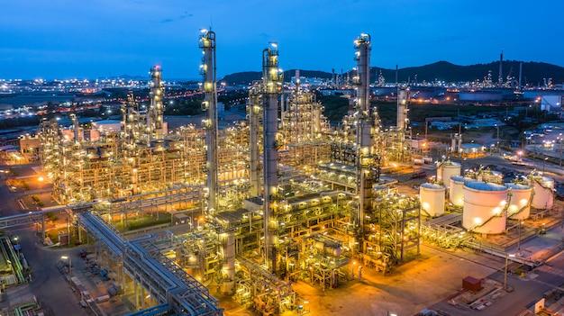 Impianto petrolchimico di vista aerea e fondo della pianta della raffineria di petrolio alla notte, impianto petrolchimico della raffineria di petrolio alla notte.