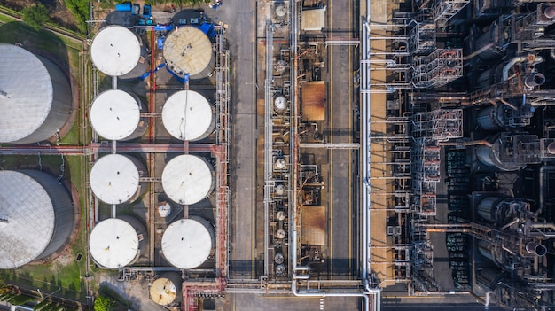 Impianto petrolchimico di vista aerea, fabbrica della raffineria di petrolio.