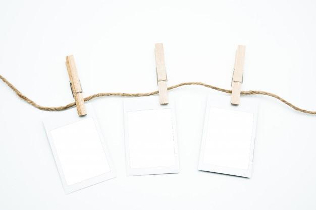 Impiccagione della struttura della foto polaroid vuota sulla barretta con il percorso di ritaglio