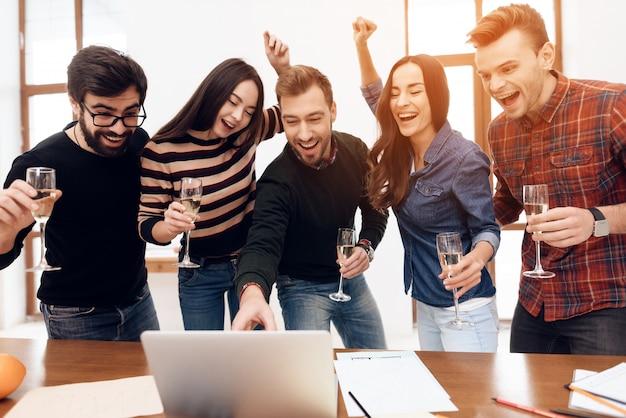 Impiegati che esaminano insieme lo schermo del computer portatile.