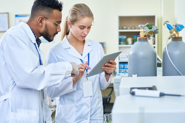 Impiegati di laboratorio che lavorano in gruppo