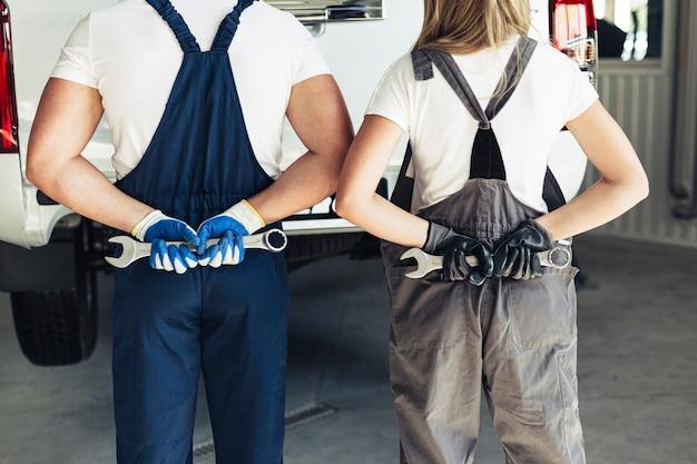 Impiegati di servizio auto vista frontale con chiave inglese