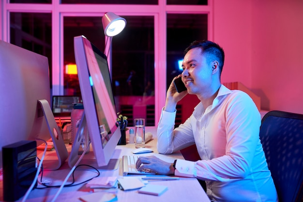 Impiegato che lavora in ufficio fino a tarda sera