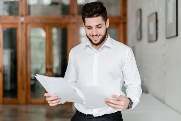 Impiegato con documenti in ufficio