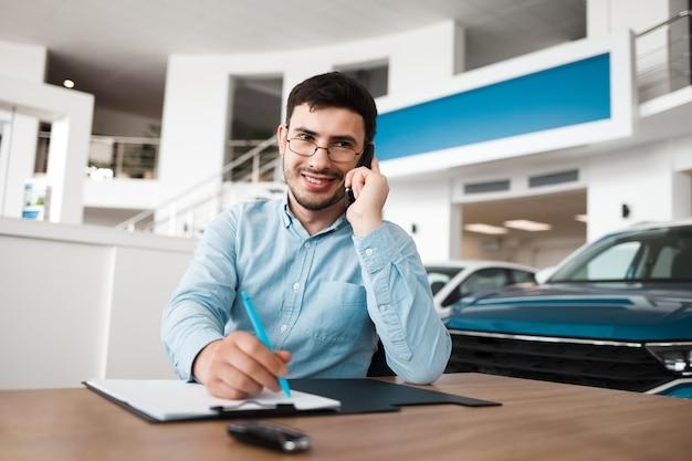 Impiegato del concessionario auto parlando al telefono