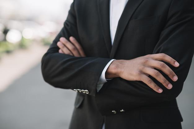 Impiegato di affari con le braccia attraversate
