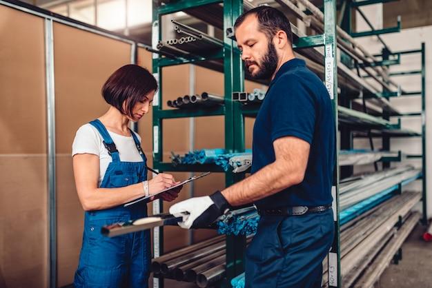 Impiegato di magazzino che elabora ordine di acquisto con il lavoratore del magazzino