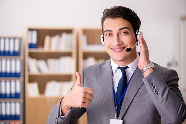 Impiegato di servizio clienti bello con l'auricolare