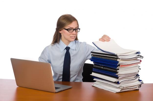 Impiegato di ufficio alla tabella di lavoro isolata
