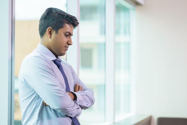 Impiegato sconvolto che si trova di fronte a un compito difficile