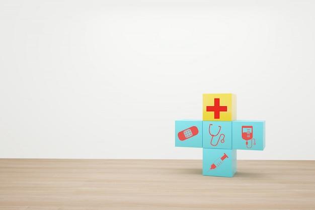 Impilamento blu del blocco con l'assistenza sanitaria dell'icona medica su legno