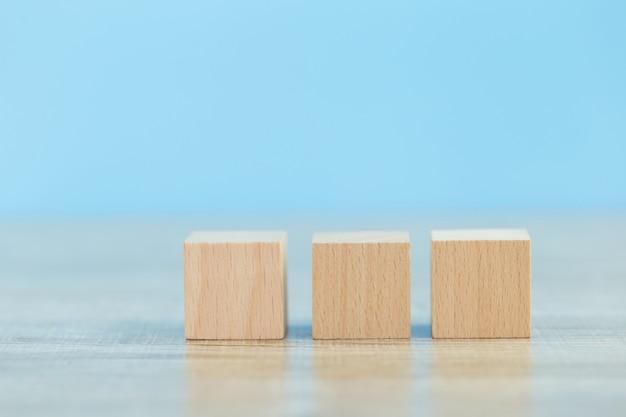 Impilando blocchi di legno in gradini, concetto di successo della crescita aziendale