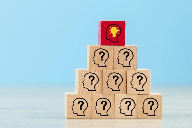 Impilare i blocchi di legno in gradini. concetto di successo della crescita aziendale