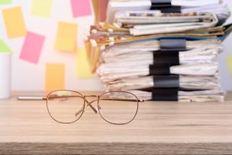 Impilare i documenti e ritagliare la graffetta sulla scrivania di legno in ufficio.