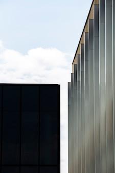 Imponente edificio vicino a un piccolo edificio nero