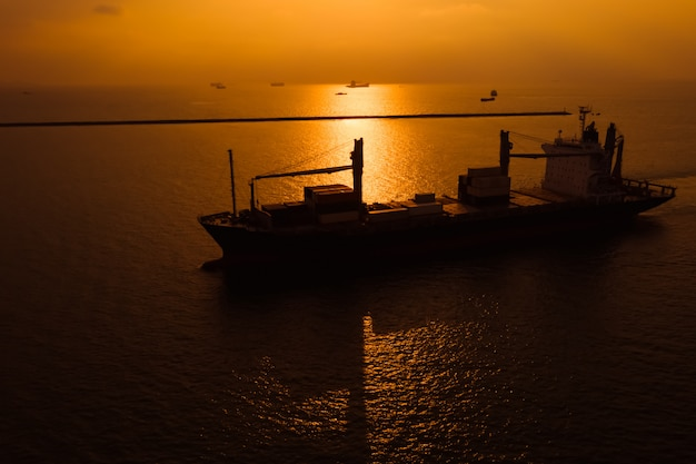 Importa ed esporta container internazionali per trasporto merci