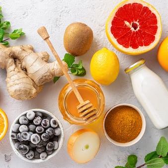 Impostare frutta e verdura per rafforzare il sistema immunitario. prodotti sani per l'immunità che migliora la vista dall'alto