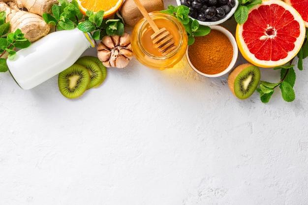Impostare frutta e verdura per rafforzare il sistema immunitario.