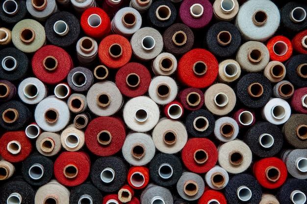 Impostare i fili di colore diverso per cucire diversi colori tavolozza multicolore caldo rosso nero brillante tonalità grigio rosso bianco
