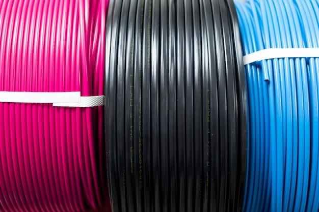 Impostare il cavo elettrico colorato
