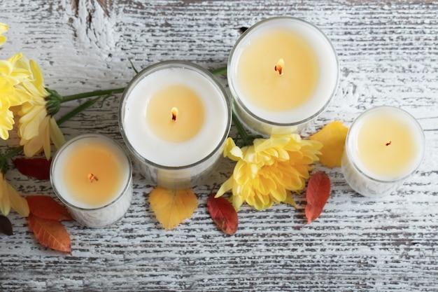 Impostazione autunnale con candele