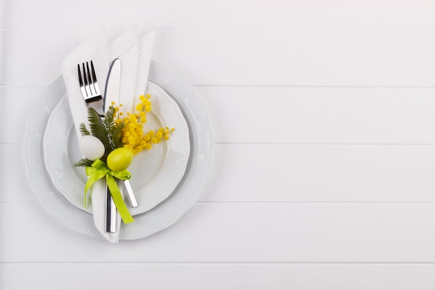 Impostazione del tavolo da pranzo di pasqua
