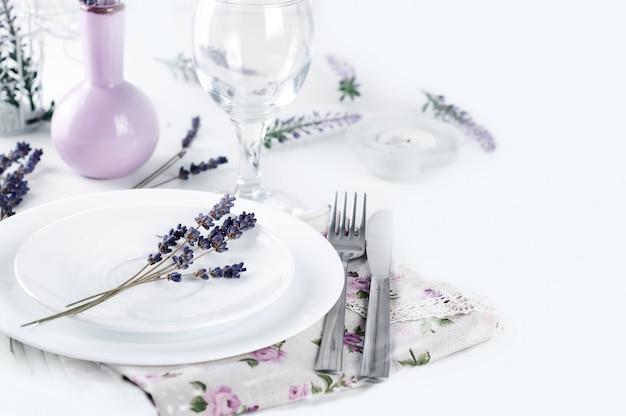 Impostazione del tavolo da pranzo in stile provenzale