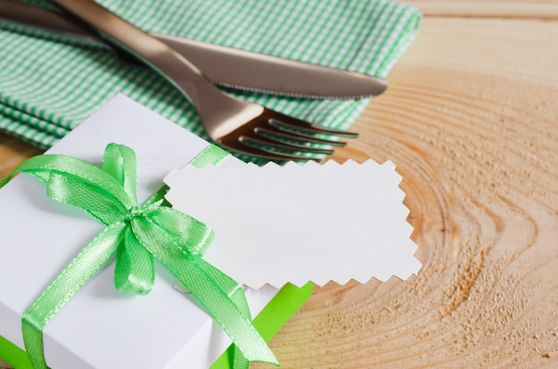 Impostazione del tavolo da pranzo. tag vuoto e presente.