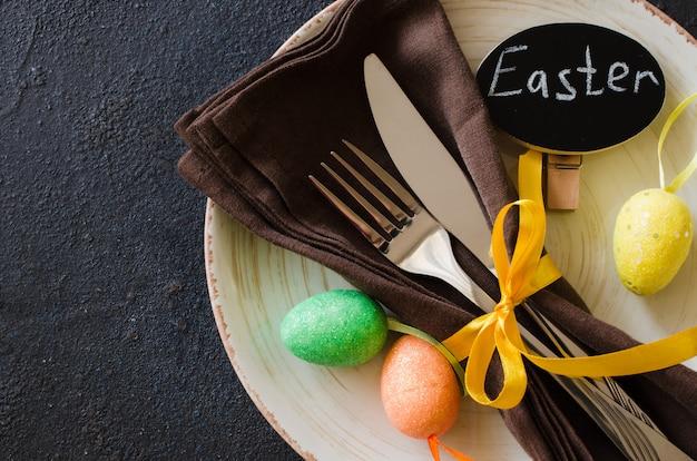 Impostazione del tavolo festivo per le vacanze cena di pasqua sul tavolo scuro.
