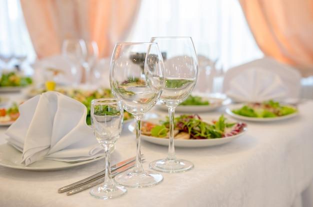 Impostazione del tavolo, interni eleganti del ristorante