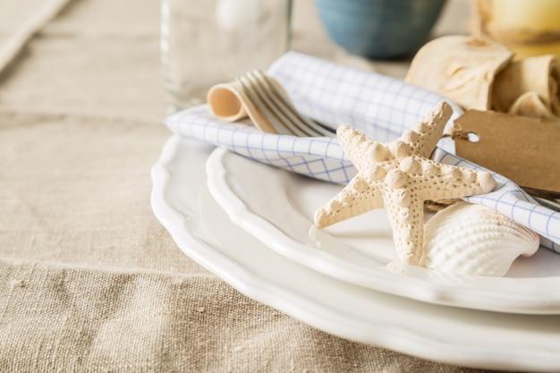 Impostazione del tavolo stile marino estivo