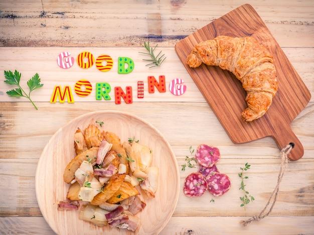 Impostazione della colazione sulla tavola di legno con parole colorate buongiorno.