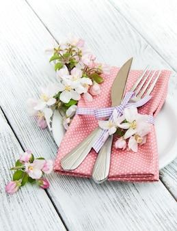Impostazione della tabella con fiore di primavera