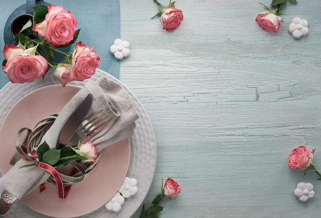 Impostazione della tabella di san valentino, compleanno o anniversario, vista dall'alto sul tavolo rustico leggero, spazio della copia